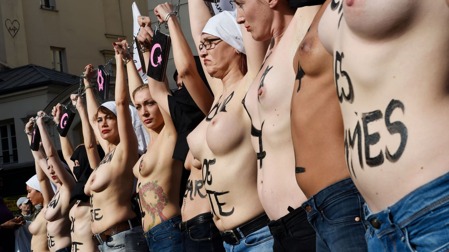 manifestation-des-femen-le-8-mars-2015-a-paris-pour-la-journee-de-la-femme_5502331